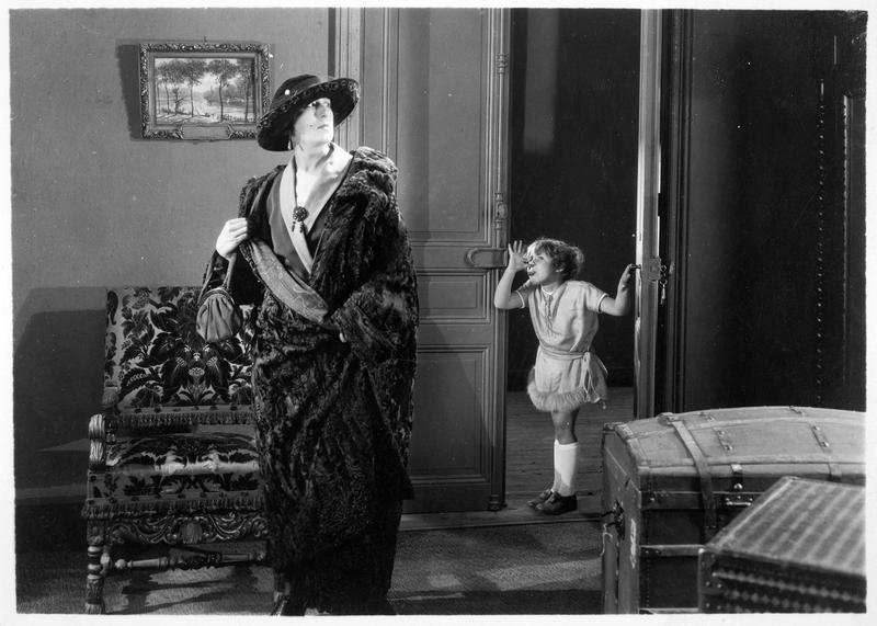 Josette (Bouboule) faisant une grimace à Palmyre (A. Tissot)