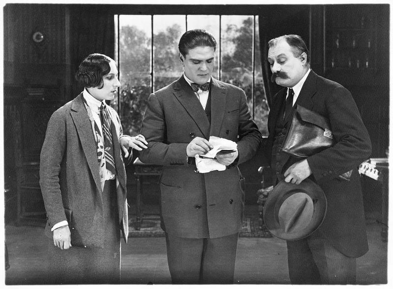 Madame Mouchin (A. Tissot), Léon Verton, le fils d'Amérique (G. Gabrio) et un homme moustachu