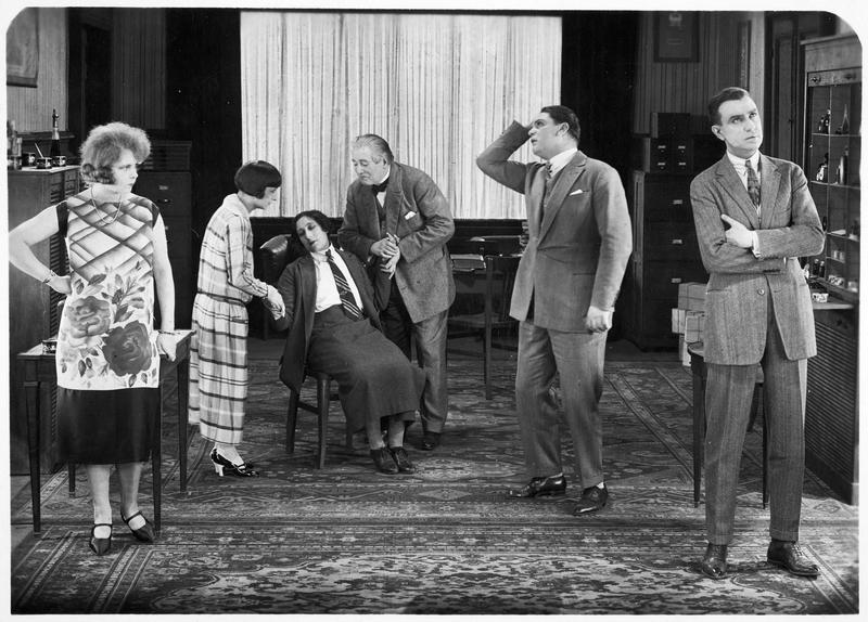 Flora (P. Berger), Dorette Pascaud (M. L. Iribe), Madame Mouchin (A. Tissot), le père Pascaud (A. Bras), Léon Verton (G. Gabrio) et R. Pascaud (H. Debain) dans une scène désopilante