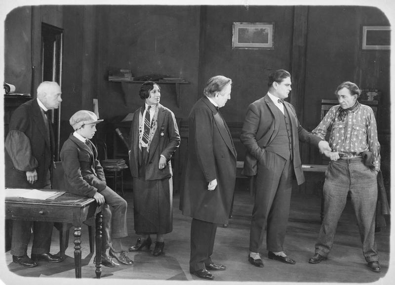 Un vieil homme (G. Dacheux), un enfant, Madame Mouchin (A. Tissot), le père Pascaud (A. Bras), Léon Verton (G. Gabrio) et Maltrat (M. Bonnet)