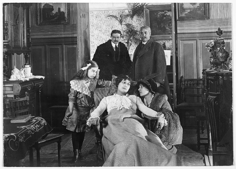 Une femme malade entourée de ses proches