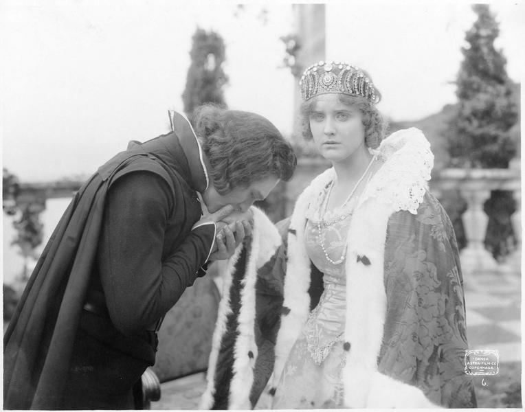Un homme embrassant la main d'une princesse