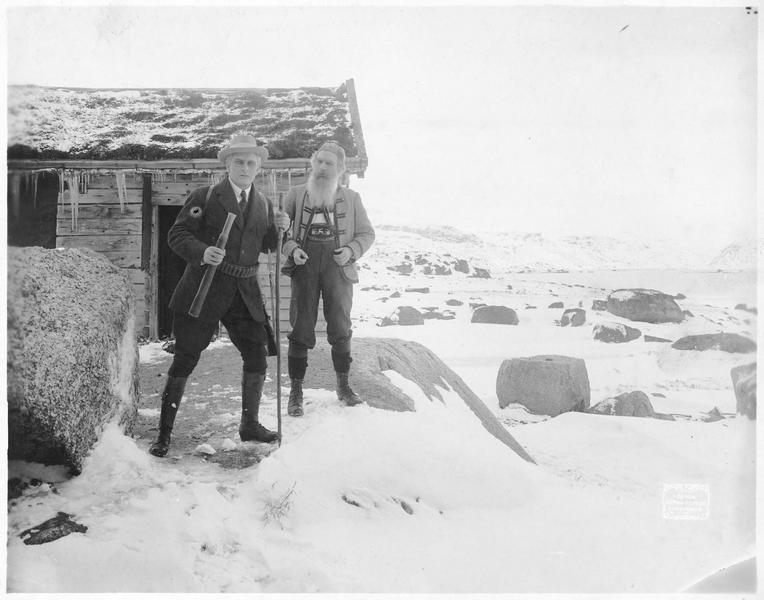 Deux hommes dans une plaine enneigée