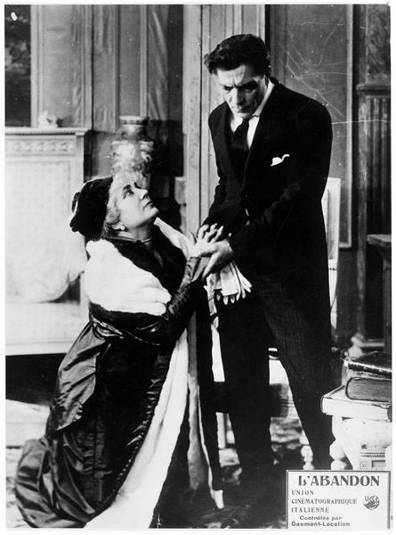 Une femme à genou devant un homme