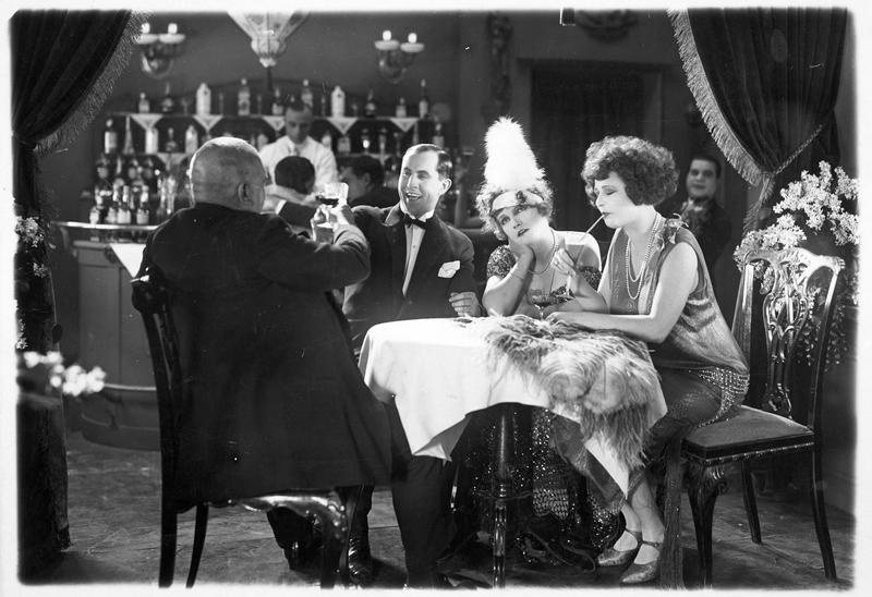 Amélie (H. Weisse), Hans Brandstetter (B. Kastner) et Martha (M. Delschaft) dans un café