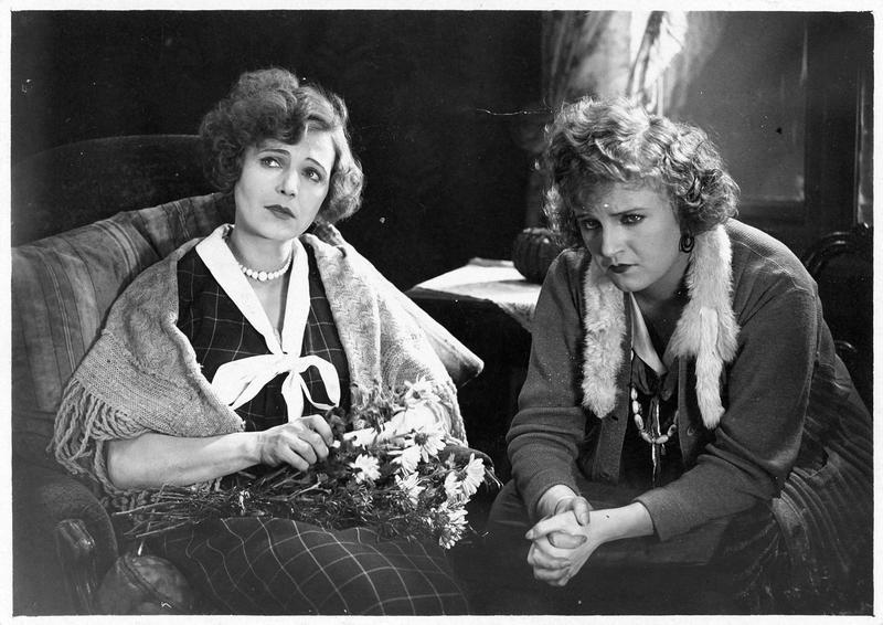 Ilse (A. E. Nissen) et une jeune femme (M. Delschaft)