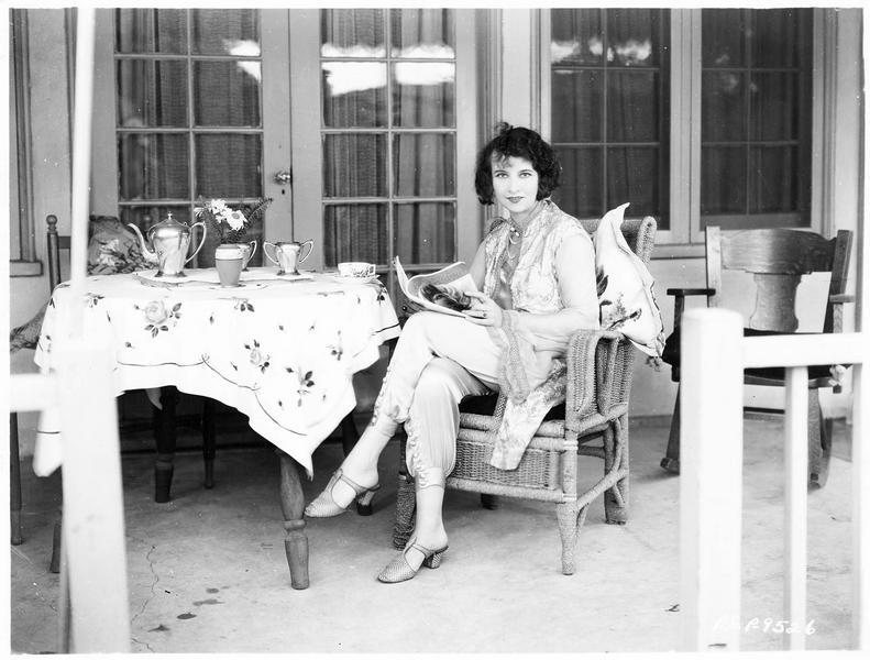 Portrait de Lucy Doraine dans sa maison à Hollywood