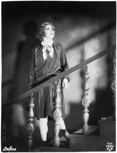 Friedel Schulze (L. Haid) dans l'escalier, encore hésitante