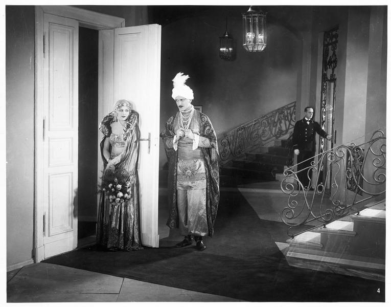 Un homme en costume oriental s'apprêtant à quitter une femme (L. Haid)