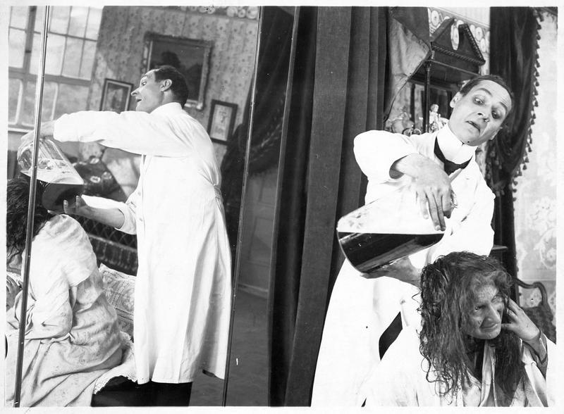 Le coiffeur versant de la teinture sur la chevelure de sa cliente (J. Hoffmann)