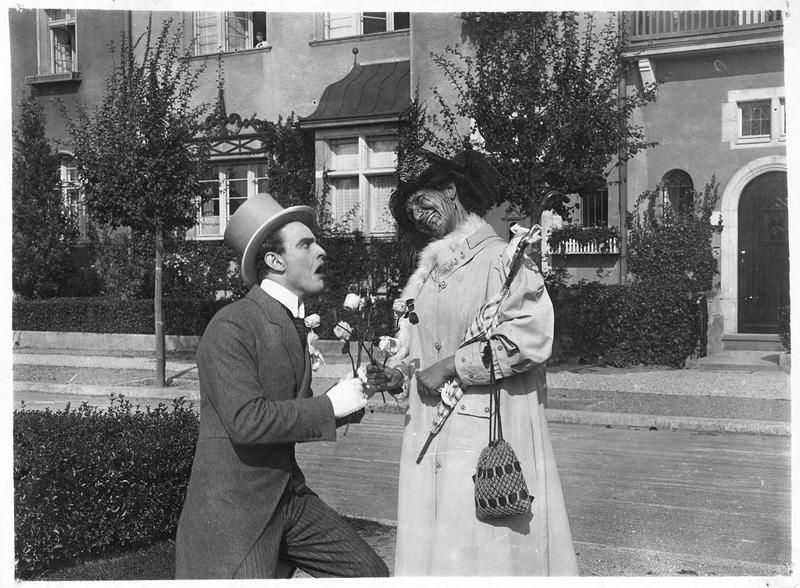 Un homme regardant avec dégoût le visage d'une femme (J. Hoffmann) sur lequel la teinture de ses cheveux a dégouliné