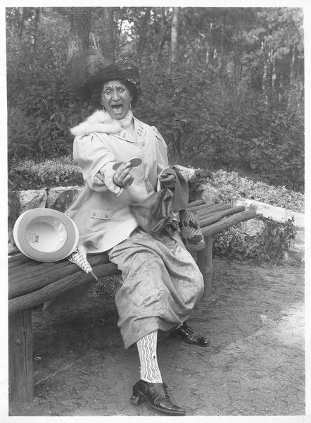 Une femme (J. Hoffmann) découvrant avec horreur que la teinture de ses cheveux dégouline sur son visage