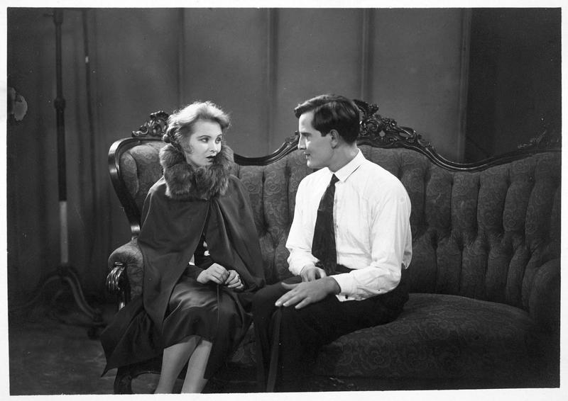 Un homme (B. Kastner) et une femme (M. Johnson) assis sur un canapé