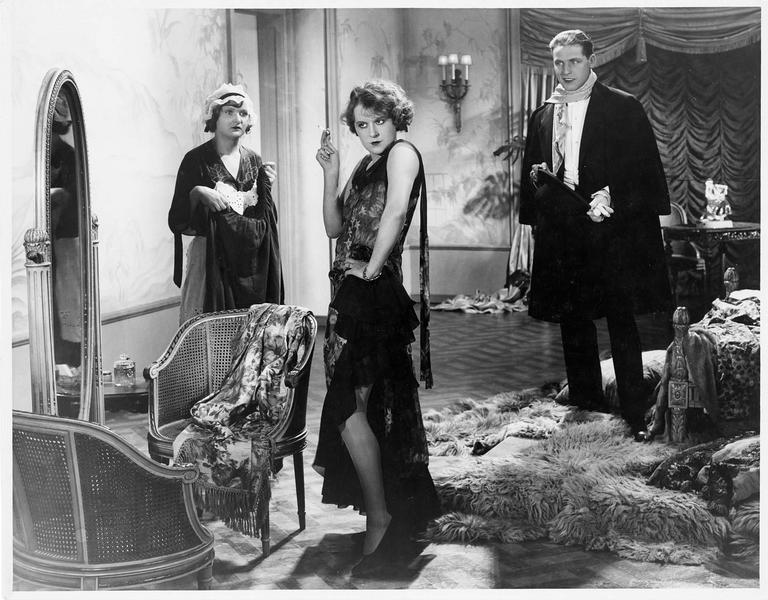 Une femme essayant des robes