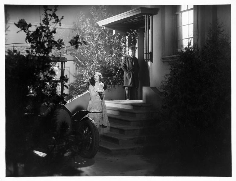 Thalia Drummond (L. Mara) rentrant chez elle