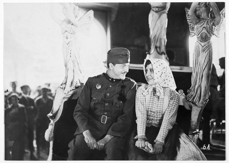 Les amoureux : János Garas (W. Fritsch) et Julia Balog (D. Parlo)