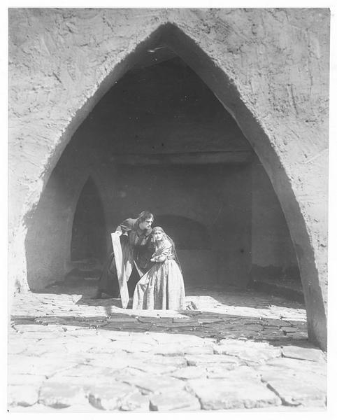 Maddalena Pazzi (L. Salmanova) et un jeune homme passant par une trappe dans la cour d'un palais