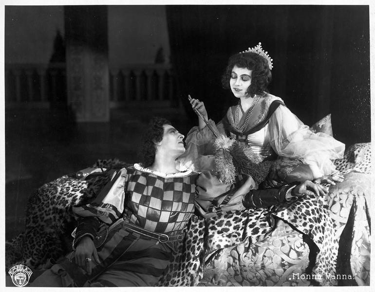 Maddalena Pazzi (L. Salmanova) se prélassant avec un homme