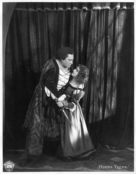 Un homme retenant le bras de Maddalena Pazzi (L. Salmanova) qui tient un poignard