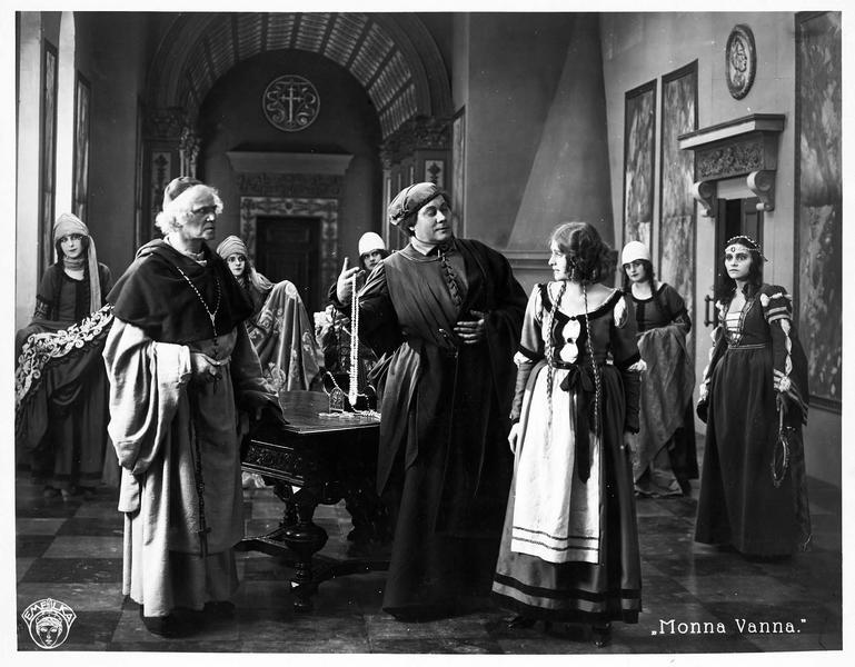 Un homme, au regard accusateur, montrant des bijoux à Maddalena Pazzi (L. Salmanova)