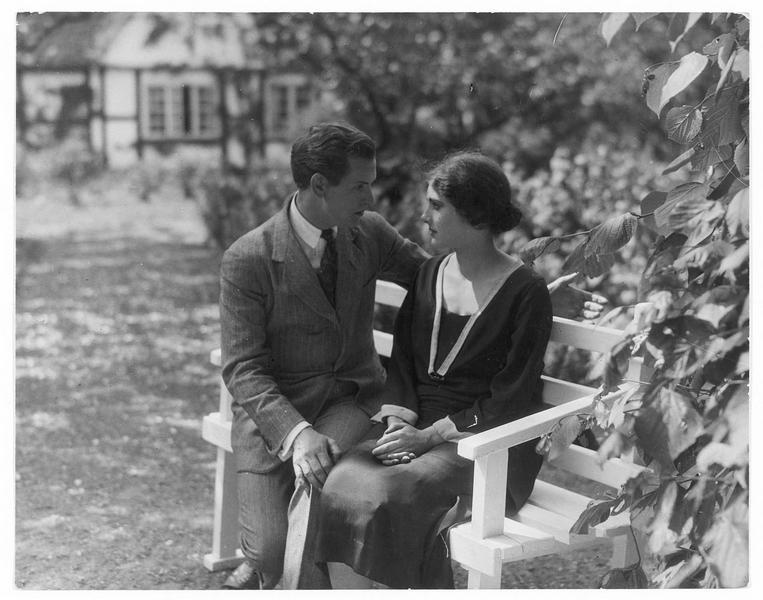 Une femme (M. Schlegel) et un homme (K. Almar) dans un jardin