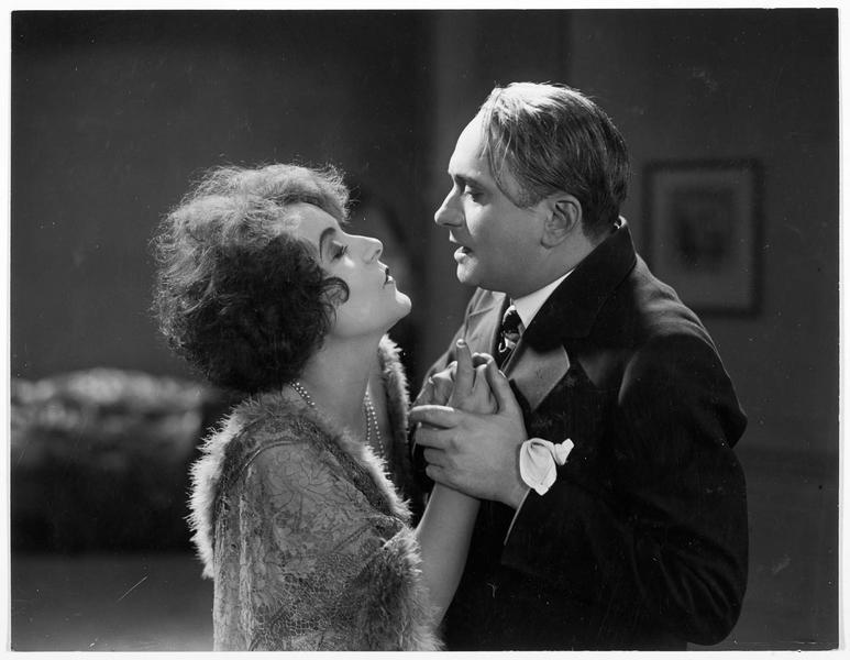 Un homme et une femme (R. Weyher) serrés l'un contre l'autre