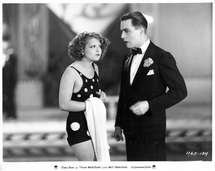 Gladys O'Brien (C. Bow) en maillot de bain et James Gordon (N. Hamilton)
