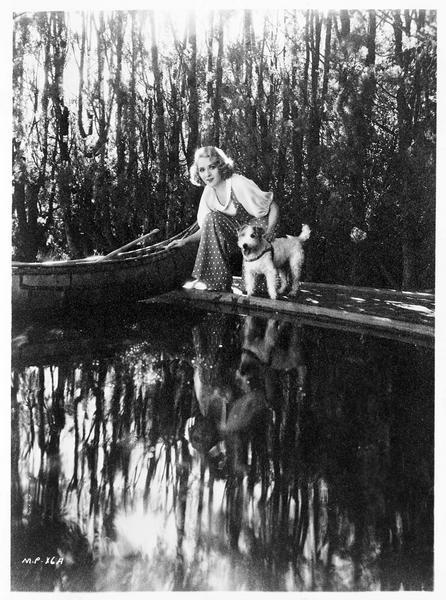 Mary Pickford et son chien Tony au bord d'un étang