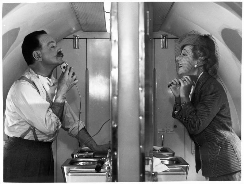 Un homme et une femme (M. Pickford) dans leur cabinet de toilette respectif