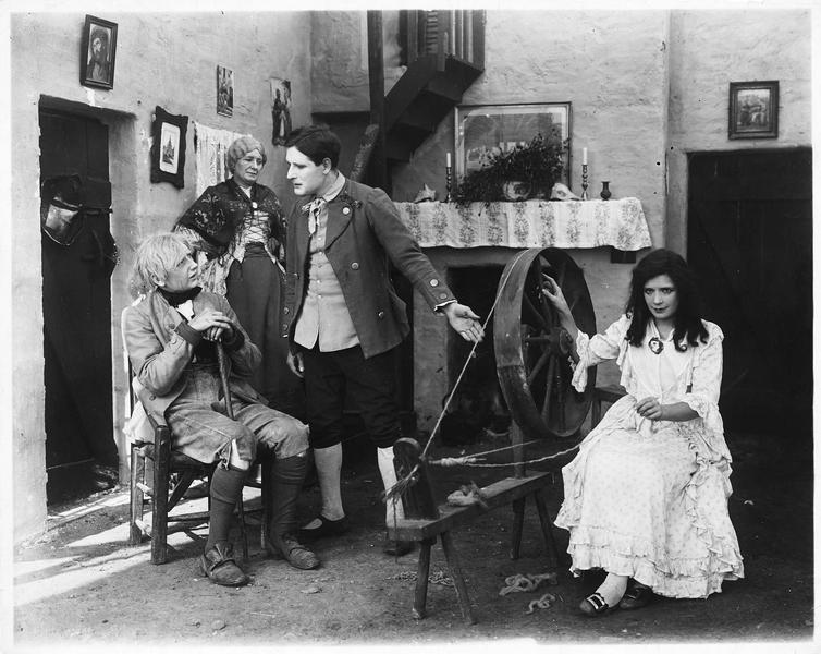 Jeune femme filant la laine (G. Gauntier)