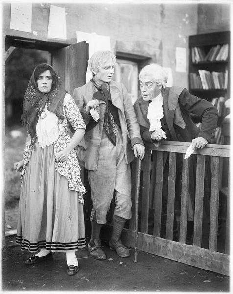 La jeune femme (G. Gauntier) serrant les poings