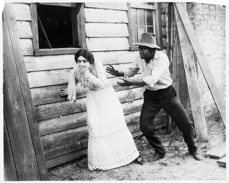 Un homme s'apprêtant à retenir une femme (V. Grant) vacillante