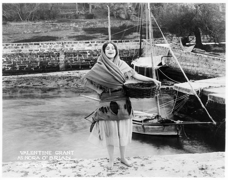 Nora O'Brien (V. Grant) sur le port