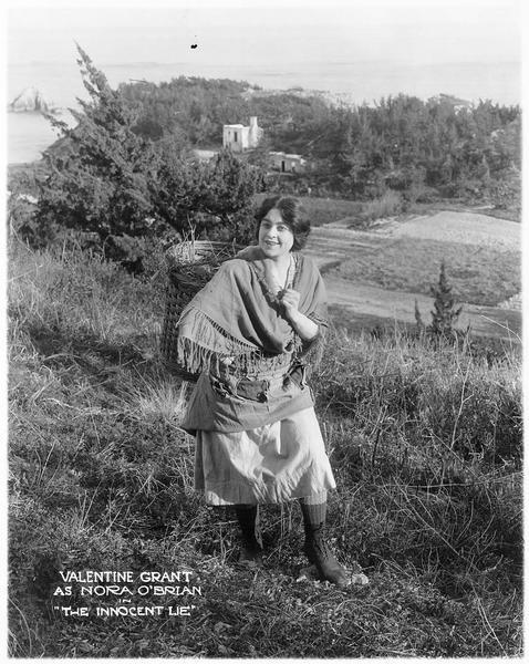 Nora O'Brien (V. Grant) transportant du foin dans un panier