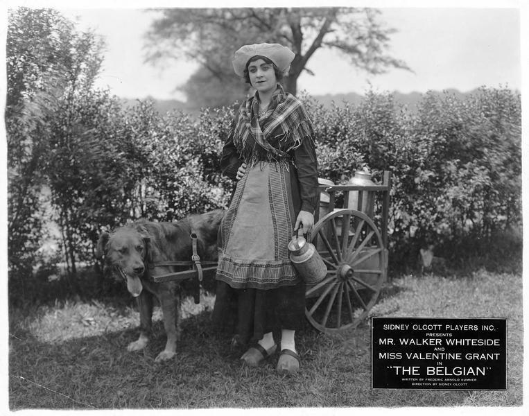 Jeanne Desfree (V. Grant) transportant le lait