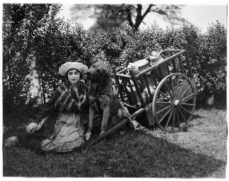 Jeanne Desfree (V. Grant) avec sa charrette de lait et son chien
