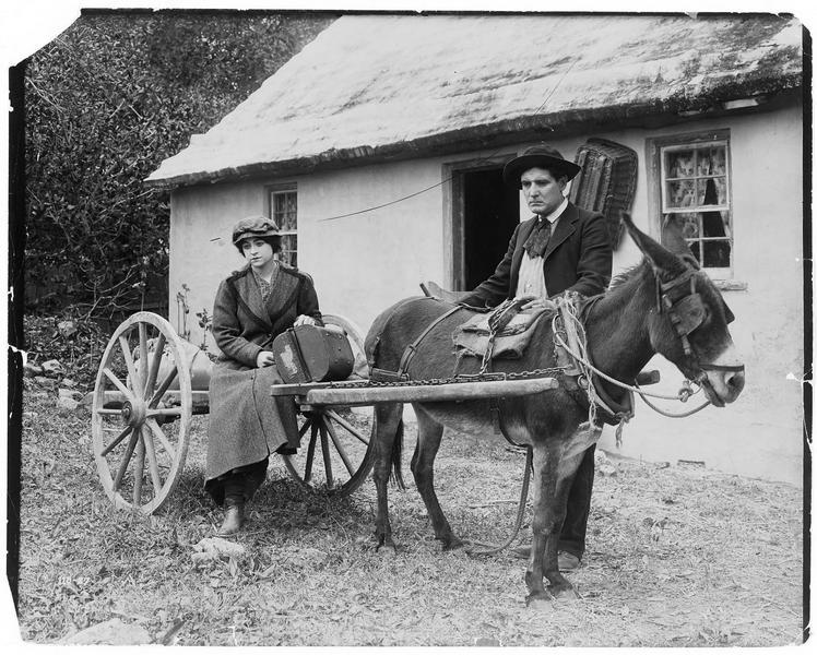 Jeanne Desfree (V. Grant) assise sur une charrette devant la maison