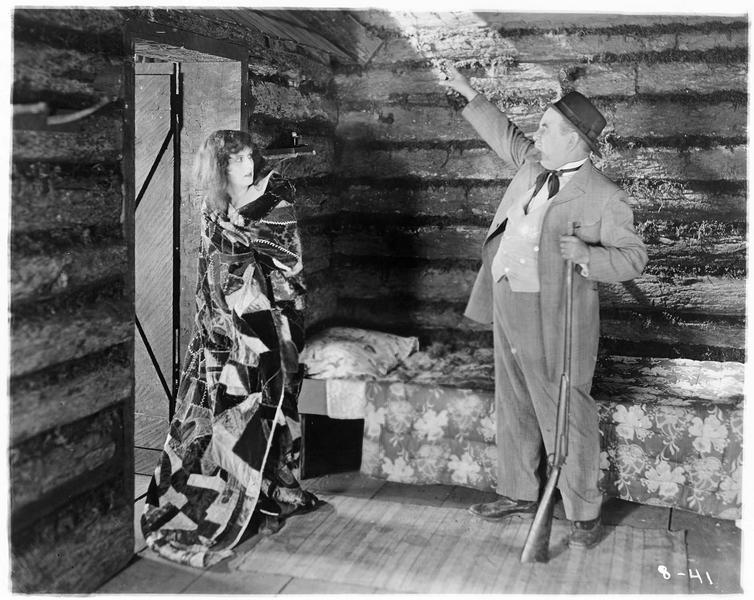 Cynthy Quimby (P. Hyland) chassée de la maison par un homme tenant un fusil