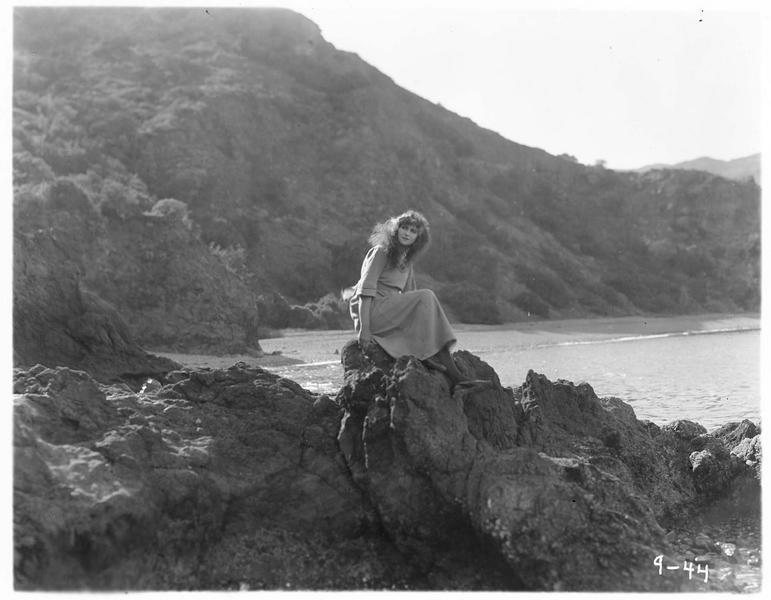 Jane (P. Hyland) au bord de la mer
