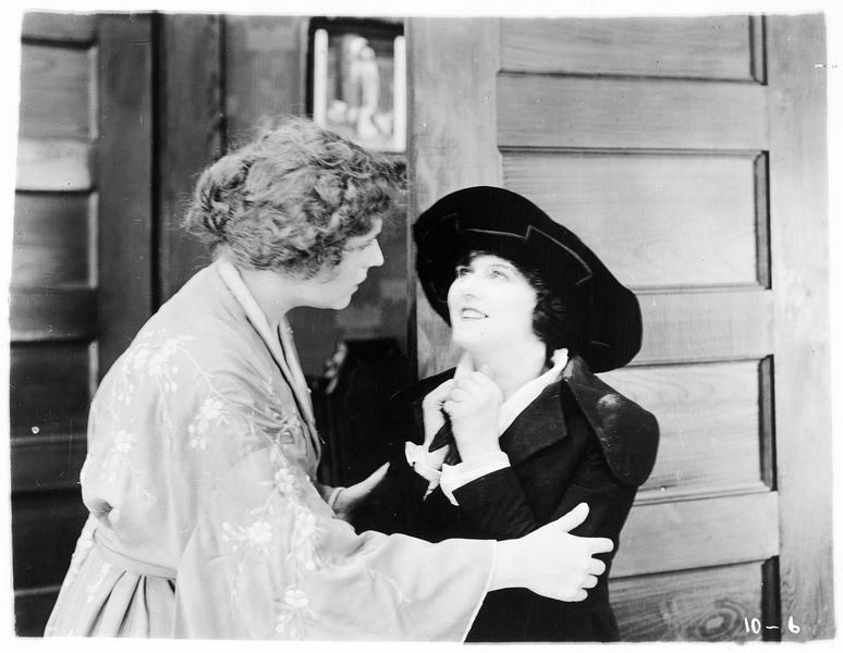 Signa Herrick (P. Hyland) et une femme lui tenant les bras