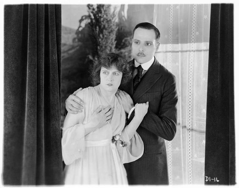 L'honorable Penelope Drake (P. Hyland) et le comte (B. Grassby)