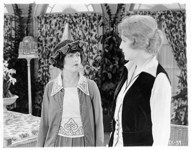 L'honorable Penelope Drake (P. Hyland) et Lady Evelyn Bazelhurst (Kathryn Adams)