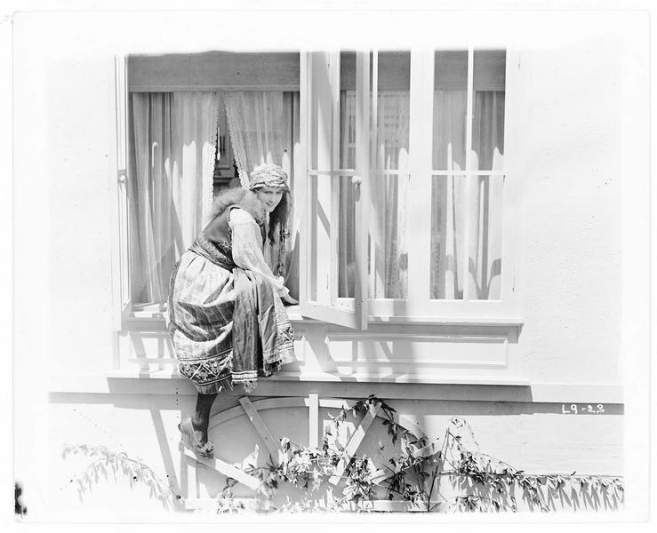 Gypsy-Susie Alice Pomeroy (P. Hyland) escaladant la fenêtre