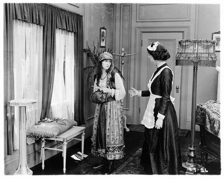 Gypsy-Susie Alice Pomeroy (P. Hyland) et la domestique