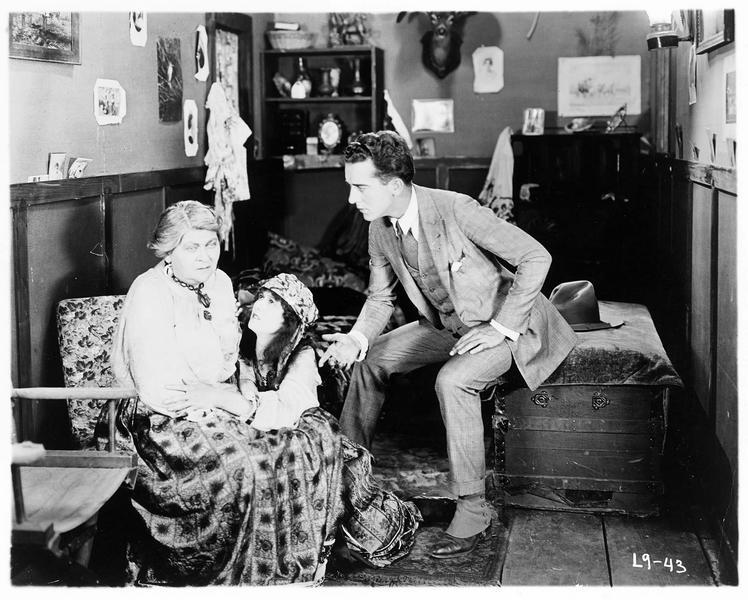 Gypsy-Susie Alice Pomeroy (P. Hyland) et Jack Hamilton (J. Mulhall) suppliant une femme