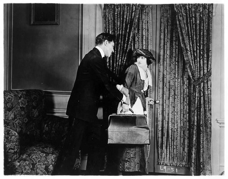 Un homme retenant Gypsy-Susie Alice Pomeroy (P. Hyland) de partir