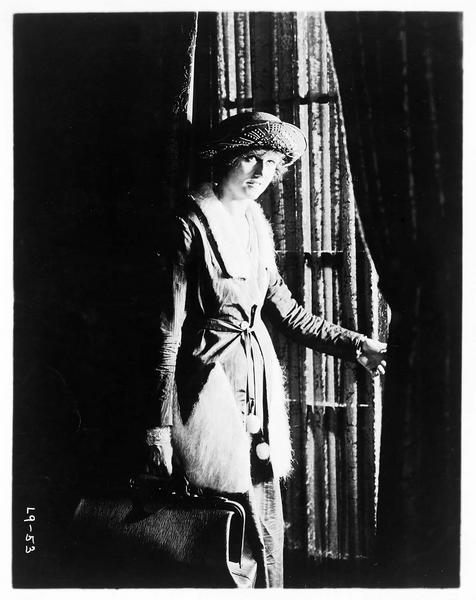 Gypsy-Susie Alice Pomeroy (P. Hyland) s'apprêtant à sortir avec son sac