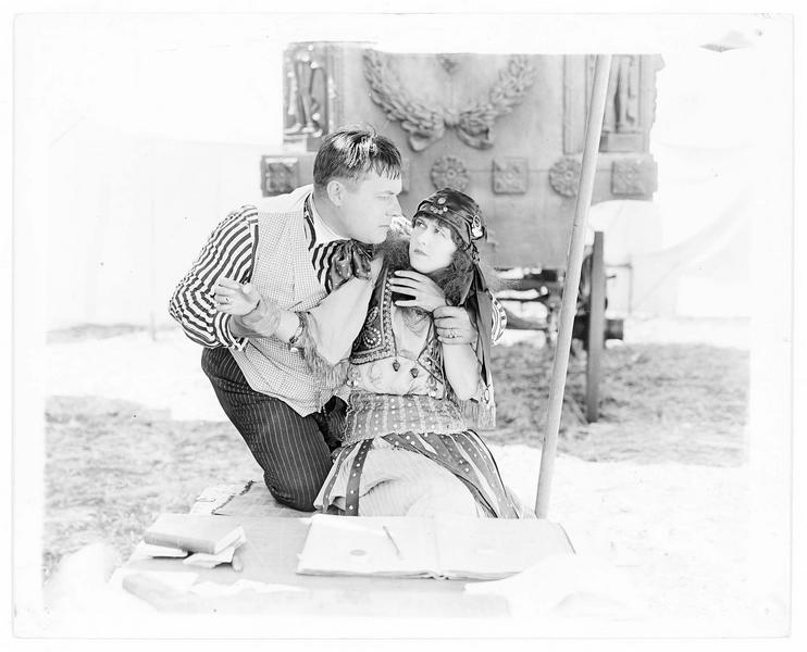 Gypsy-Susie Alice Pomeroy (P. Hyland) et Charles Merryweather (R. Walker)