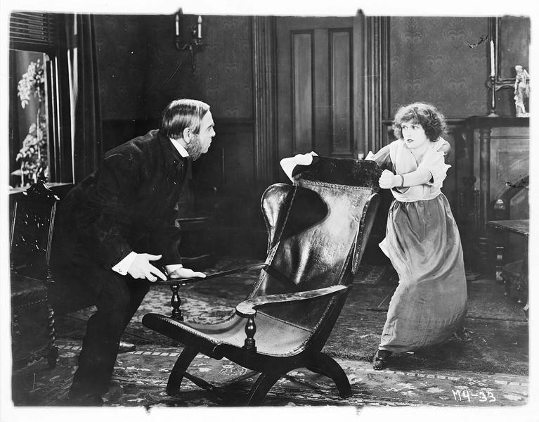 Peggy Laughlin (P. Hyland) se disputant avec un homme