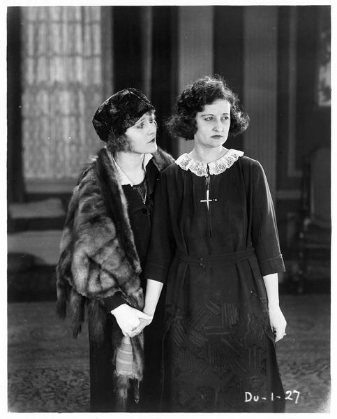 Helen Meriless (L. Lovely) et Frances Lloyd (R. Theby)